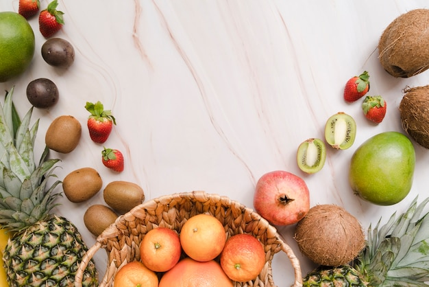 Bovenaanzicht heerlijke vruchten met kopie ruimte Gratis Foto
