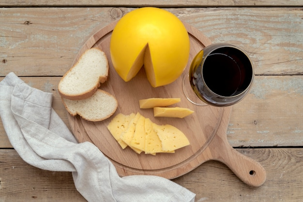 Bovenaanzicht heerlijke zelfgemaakte kaas met brood Gratis Foto