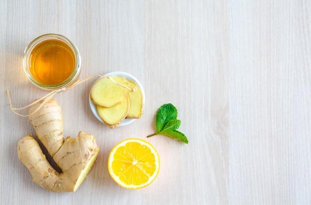 Bovenaanzicht helften van citrusvruchten en producten met vitamine c op lichte houten achtergrond Premium Foto