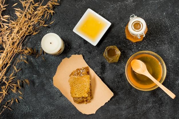 Bovenaanzicht honingcontainers met honingraat Gratis Foto