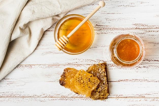 Bovenaanzicht honingpotten met honingraat Gratis Foto
