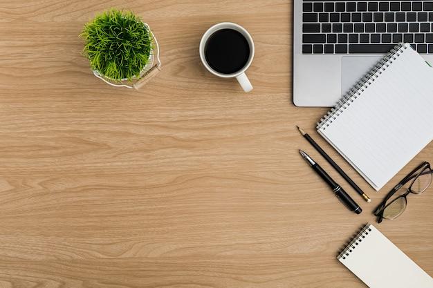 Bovenaanzicht houten bureau tafel. plat liggende werkruimte Premium Foto