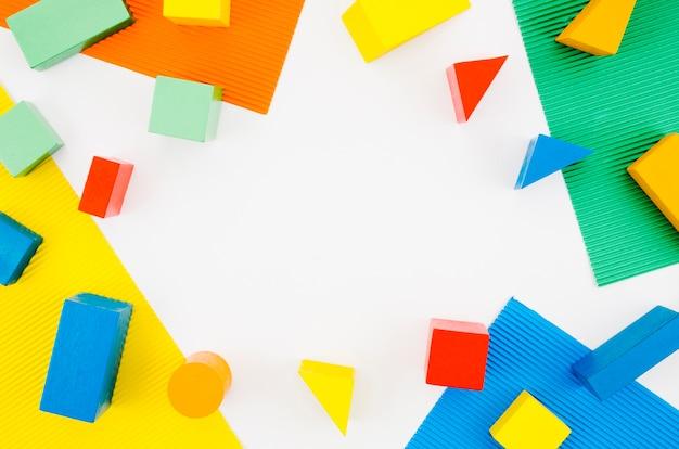 Bovenaanzicht houten kinderen speelgoed met kopie ruimte Premium Foto