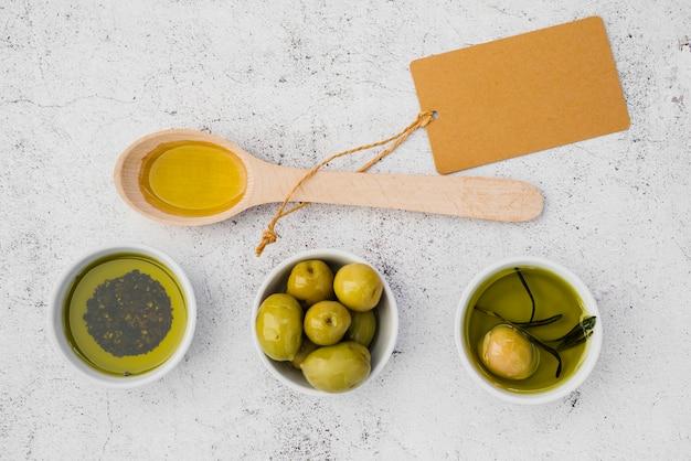 Bovenaanzicht houten lepel met olijven Gratis Foto