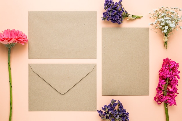 Bovenaanzicht huwelijksuitnodigingen met bloemen Gratis Foto