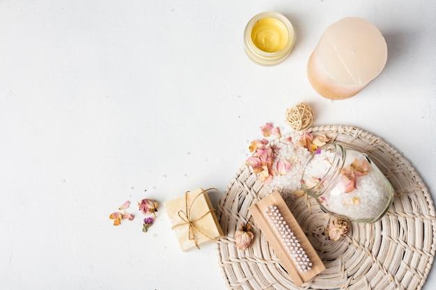 Bovenaanzicht hygiëne producten op witte achtergrond Gratis Foto