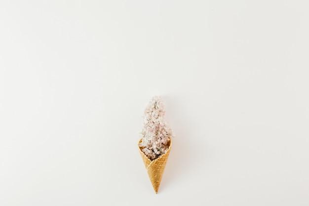 Bovenaanzicht ijsje tak bloemen wit minimale lente plat leggen Premium Foto