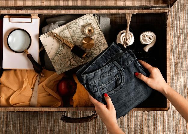 Bovenaanzicht individuele verpakking vintage koffer Gratis Foto