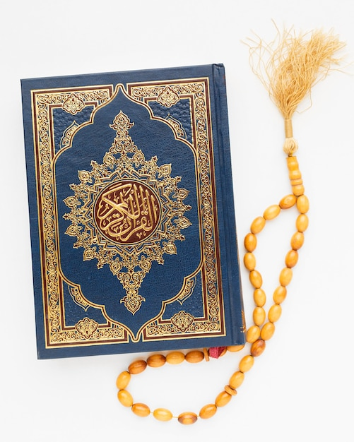 Bovenaanzicht islamitisch nieuwjaar met koran boek Gratis Foto