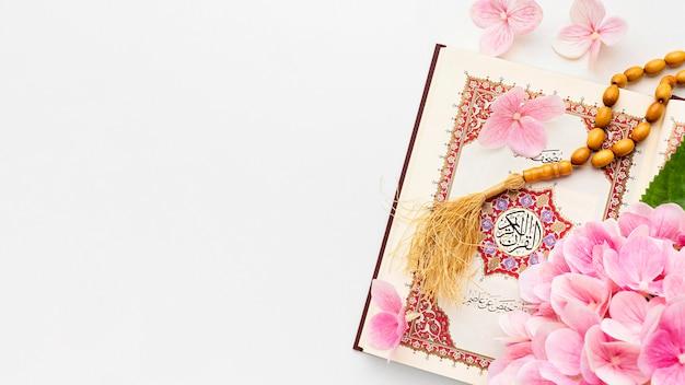Bovenaanzicht islamitisch nieuwjaar met misbaha Gratis Foto
