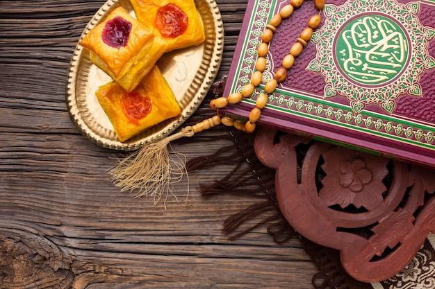Bovenaanzicht islamitische nieuwe jaar gebak Gratis Foto