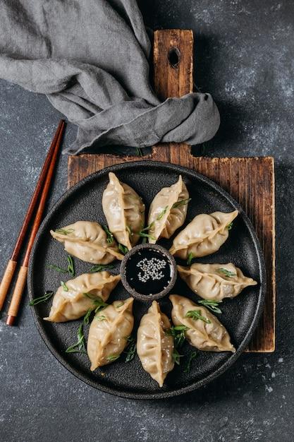 Bovenaanzicht japans assortiment dumplings Gratis Foto