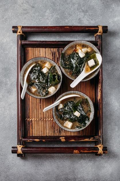 Bovenaanzicht japans eten in kommenregeling Gratis Foto
