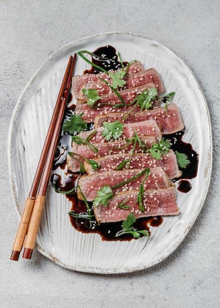 Bovenaanzicht japans maaltijdarrangement Gratis Foto