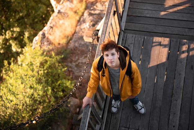 Bovenaanzicht jonge man op vakantie Gratis Foto