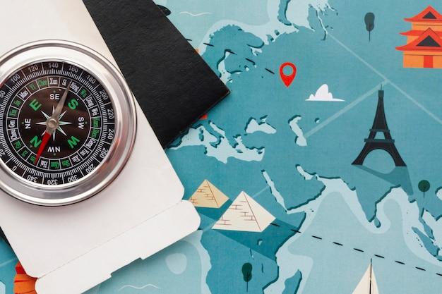 Bovenaanzicht kaart en kompas wereldwijd Gratis Foto