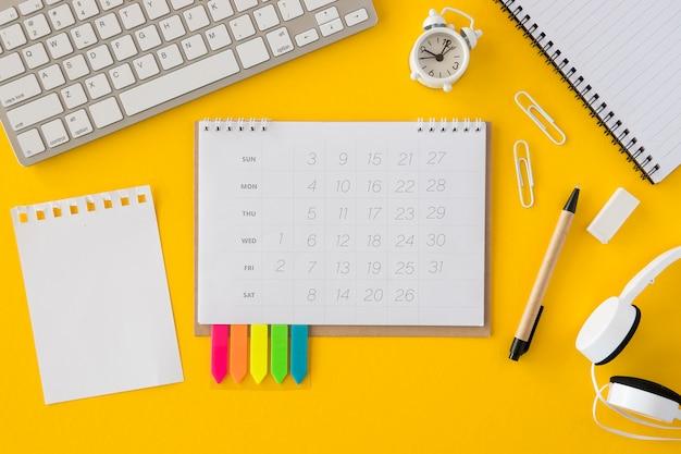 Bovenaanzicht kalender en toetsenbord Gratis Foto