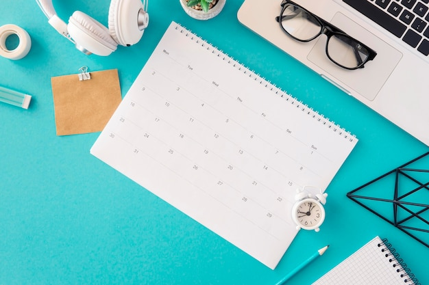 Bovenaanzicht kalender modern concept Gratis Foto