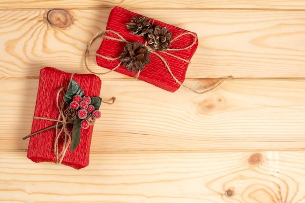 Bovenaanzicht kerst geschenkdozen op houten tafel Premium Foto
