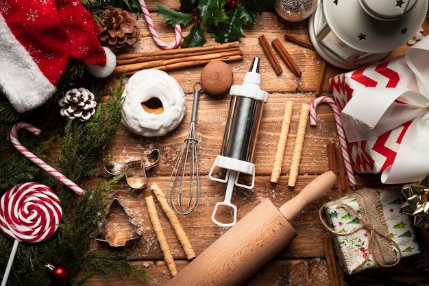 Bovenaanzicht kerst snoep met koken gebruiksvoorwerpen Gratis Foto