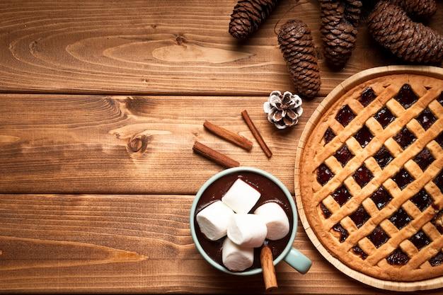 Bovenaanzicht kerst taart met warme chocolademelk Gratis Foto