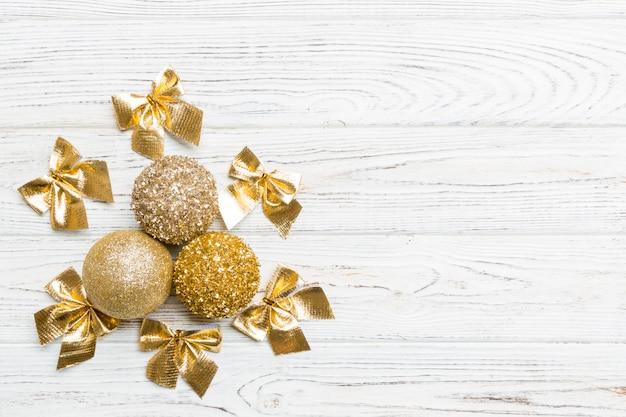 Bovenaanzicht kerstballen en creatieve decoraties op houten copyspace. Premium Foto