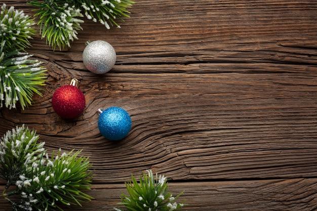 Bovenaanzicht kerstballen met kopie ruimte Gratis Foto