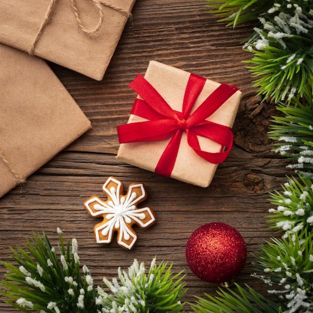 Bovenaanzicht kerstcadeau op een tafel Gratis Foto