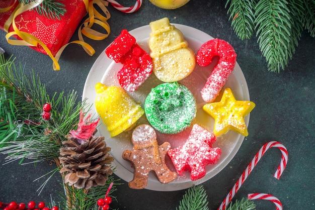 Bovenaanzicht kerstkoekjes op tafel Premium Foto