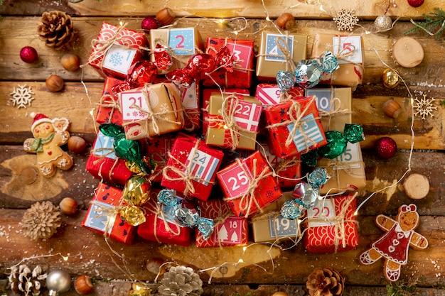 Bovenaanzicht kleine genummerde geschenken op tafel Gratis Foto