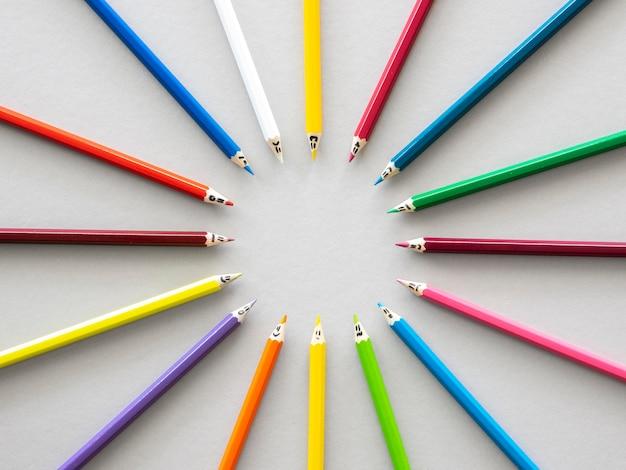 Bovenaanzicht kleurpotloden vormen cirkelvorm Gratis Foto
