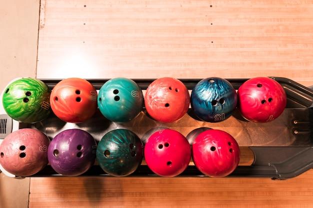 Bovenaanzicht kleurrijke bowlingballen Gratis Foto