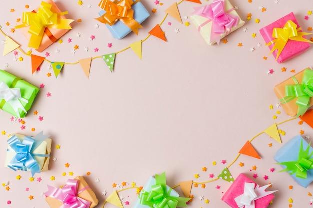 Bovenaanzicht kleurrijke geschenken op tafel Gratis Foto