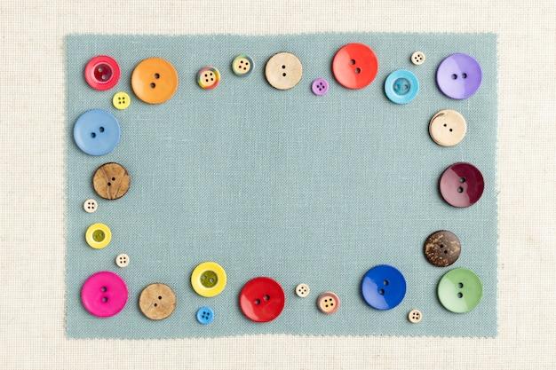 Bovenaanzicht kleurrijke knoppen op doek Gratis Foto