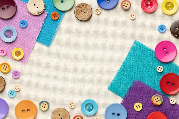 Bovenaanzicht kleurrijke knoppen op stukken stof Gratis Foto