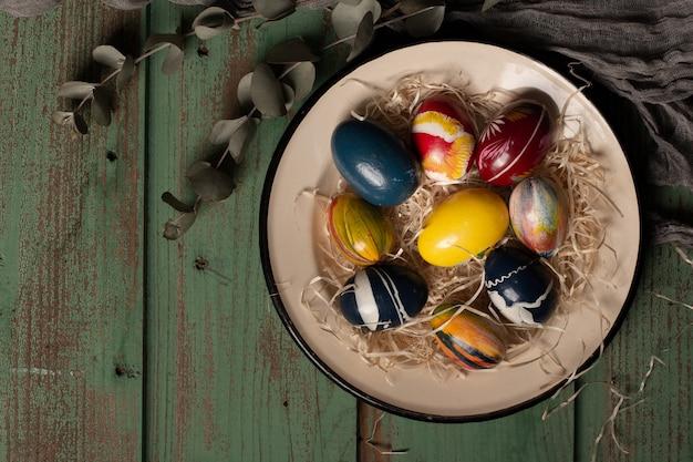 Bovenaanzicht kleurrijke paaseieren op een plaat Gratis Foto