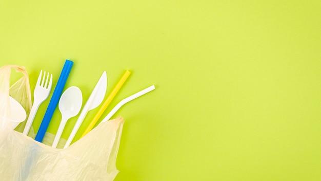Bovenaanzicht kleurrijke plastic bestek Gratis Foto