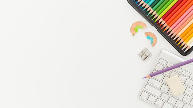 Bovenaanzicht kleurrijke potloden met kopie ruimte Gratis Foto
