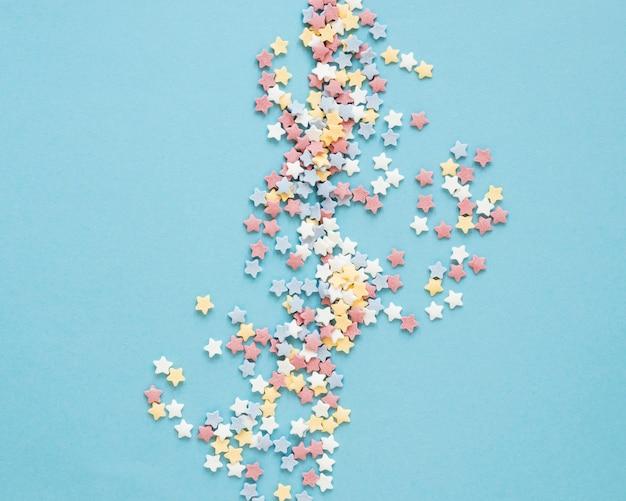 Bovenaanzicht kleurrijke snoep op blauwe achtergrond Gratis Foto