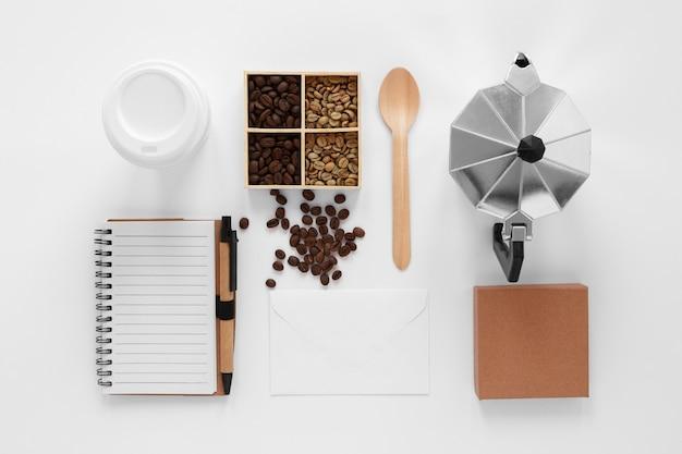 Bovenaanzicht koffie branding samenstelling op witte achtergrond Gratis Foto