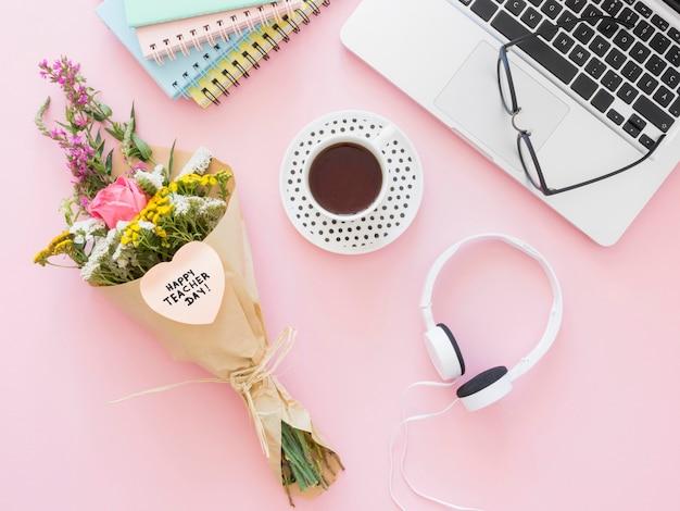 Bovenaanzicht koffie en bloemen Premium Foto