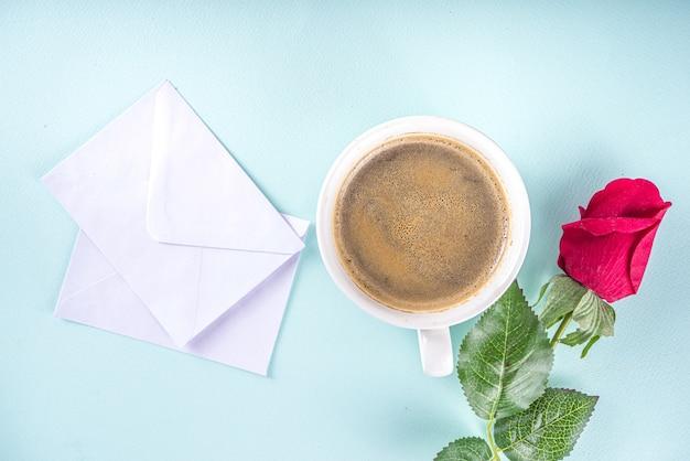 Bovenaanzicht koffie en croissant op tafel Premium Foto