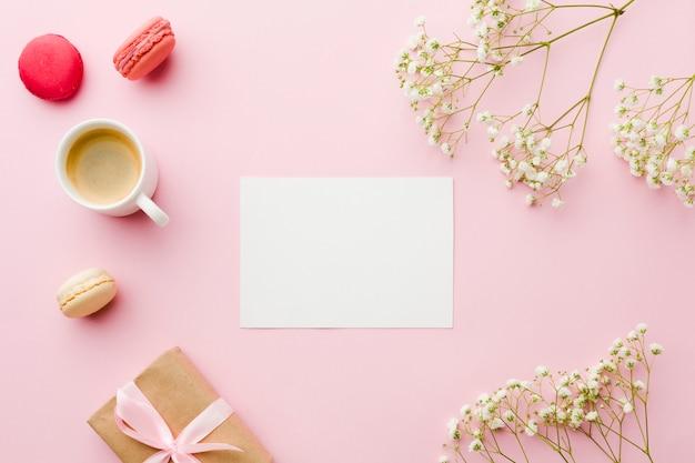Bovenaanzicht koffie met bloemen en leeg witboek Gratis Foto