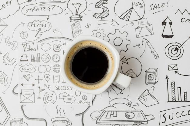 Bovenaanzicht koffie op papel vol met doodles Gratis Foto