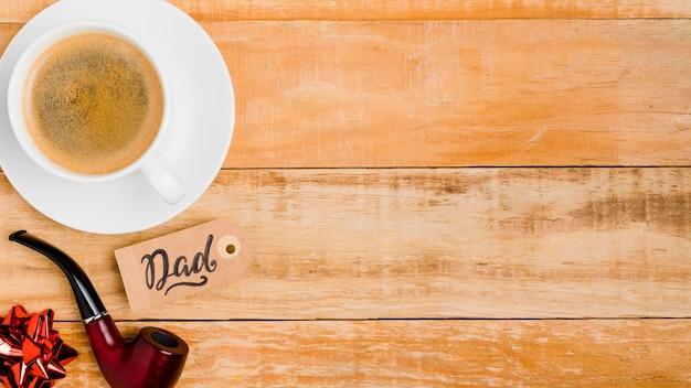Bovenaanzicht koffiekopje met rookpijp Gratis Foto