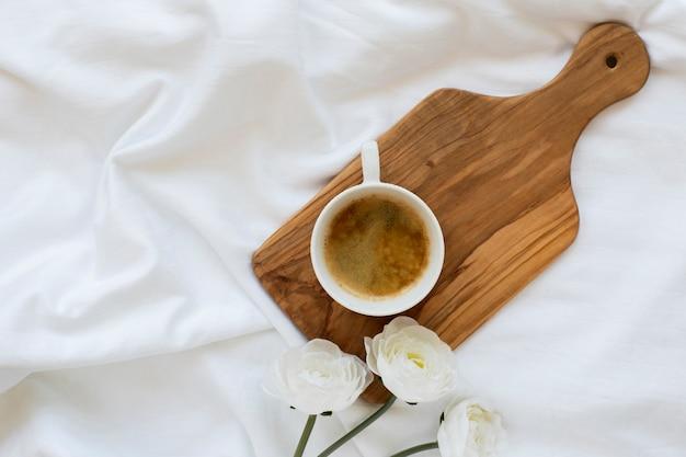 Bovenaanzicht koffiekopje op een houten bord Gratis Foto