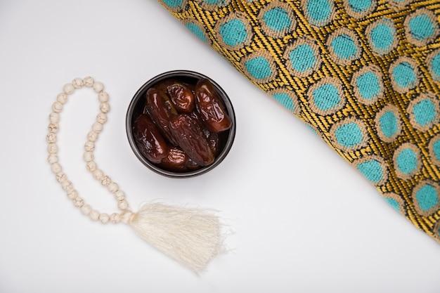 Bovenaanzicht kom met snack voor ramadan Premium Foto
