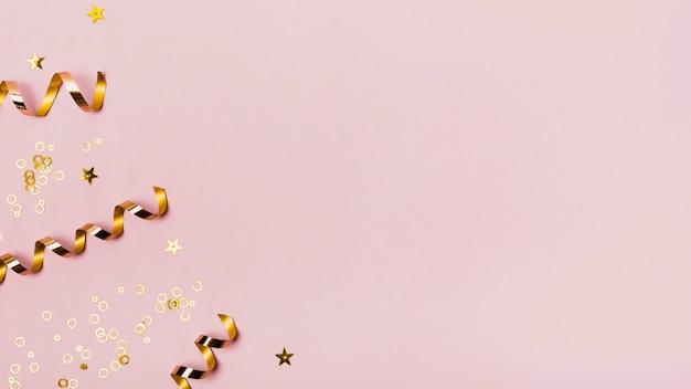 Bovenaanzicht kopie ruimte frame met gouden linten en glitter Gratis Foto