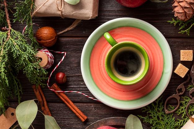 Bovenaanzicht kopje biologische koffie op de tafel Gratis Foto