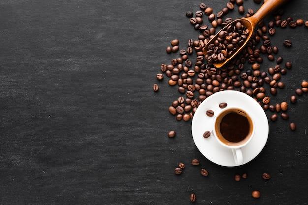 Bovenaanzicht kopje koffie met kopie ruimte Premium Foto